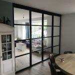 Zwarte schuifdeuren met glas